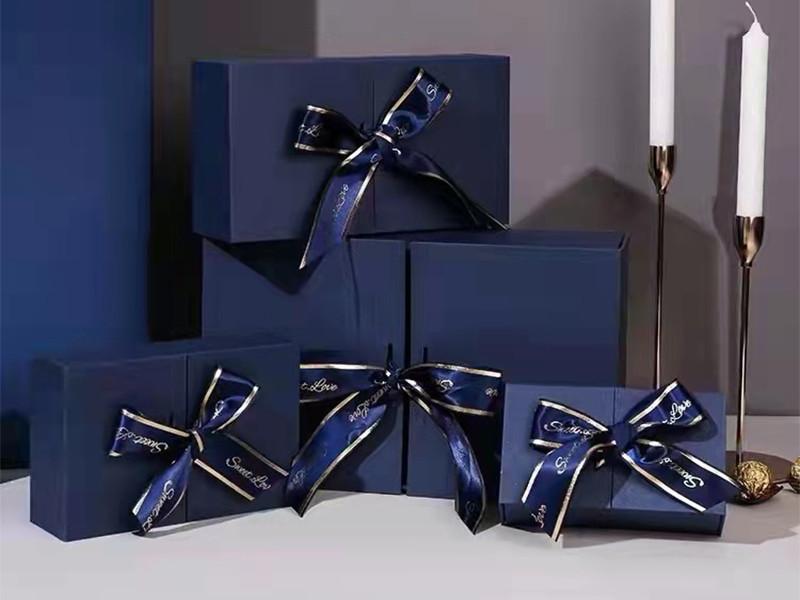 مربع هدية لامعة عيد الحب